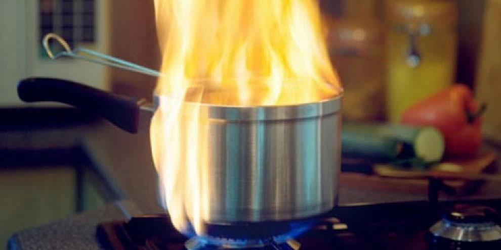 panela-com-fogo-em-óleo-quente
